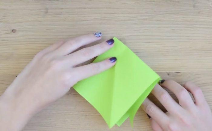 Квадрат из зеленой бумаги