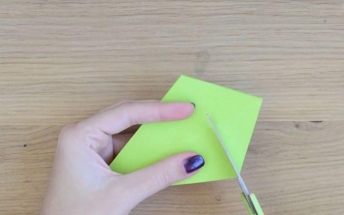 Заготовка из зеленой бумаги для елки