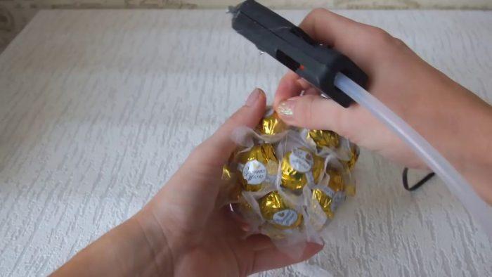 Шар, обклеенный конфетами