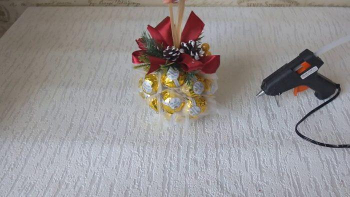 Готовый ёлочный шар из конфет