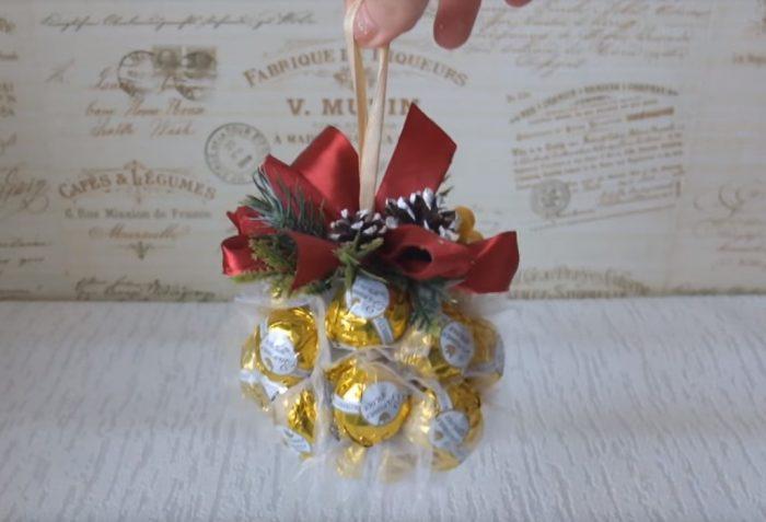 Новогодний шар из конфет