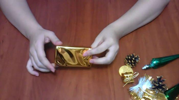 Пенопласт в бумаге золотого цвета