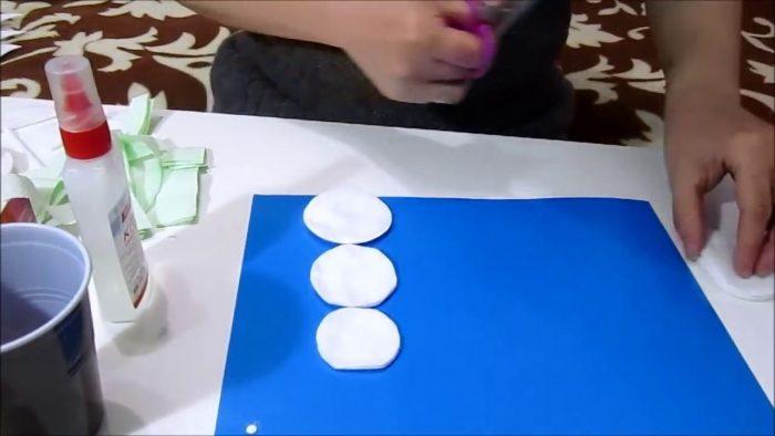 Формирование аппликации снеговика из ватных дисков