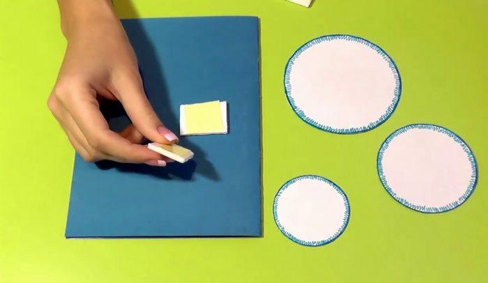 Пенопласт, круги и открытка из бумаги