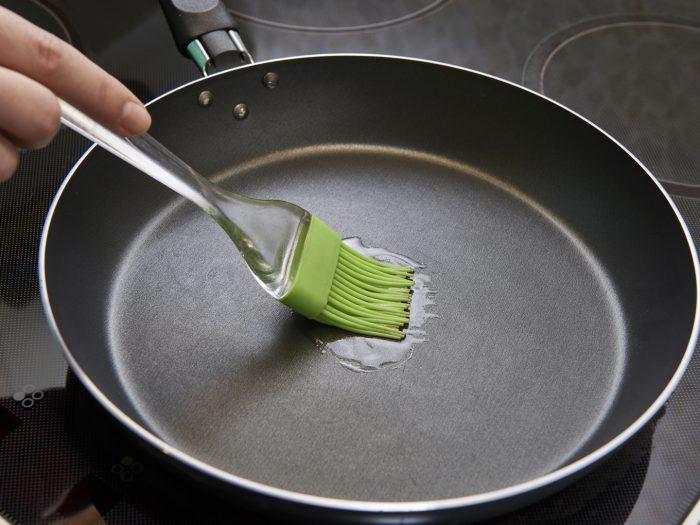 Сковороду смазывают маслом