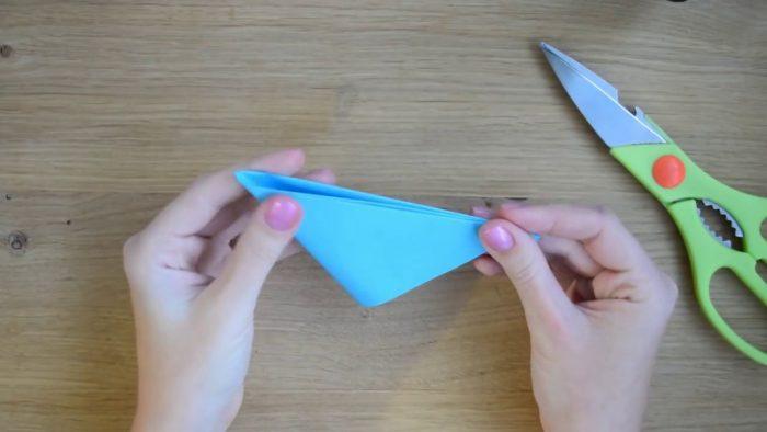 Небольшой треугольник из синей бумаги