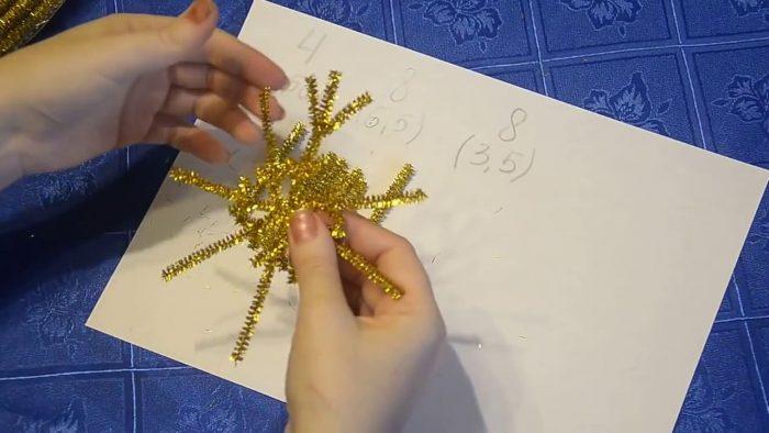 Изготовление новогодней снежинки из синельной проволоки