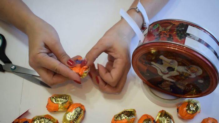 Жестяная коробка и конфеты