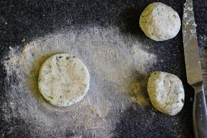 Формирование сырников с зеленью