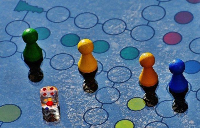 Фишки и кубик на игровом поле