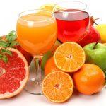 фрукты и два бокала с соком