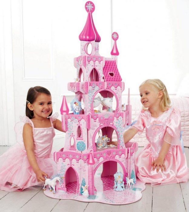 Девочкам в 3 года подарили игрушечный замок