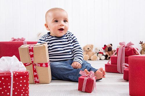 Мальчик среди коробок с подарками