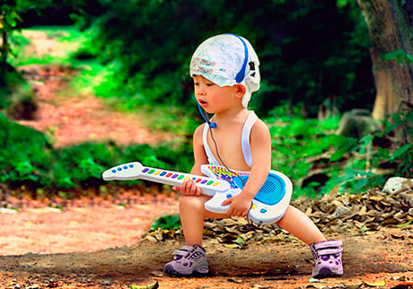 Мальчик с игрушечной электрогитарой