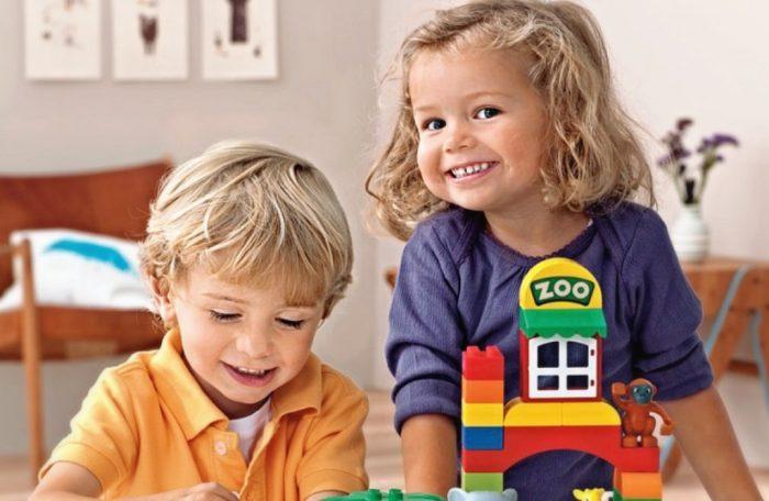 Мальчик и девочка играют в лего дупло