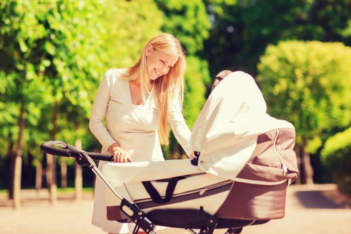 Мама гуляет с младенцем