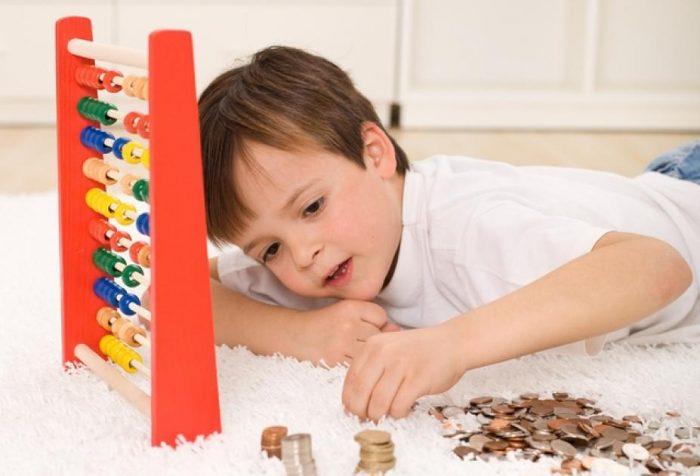 Ребёнок считает деньги