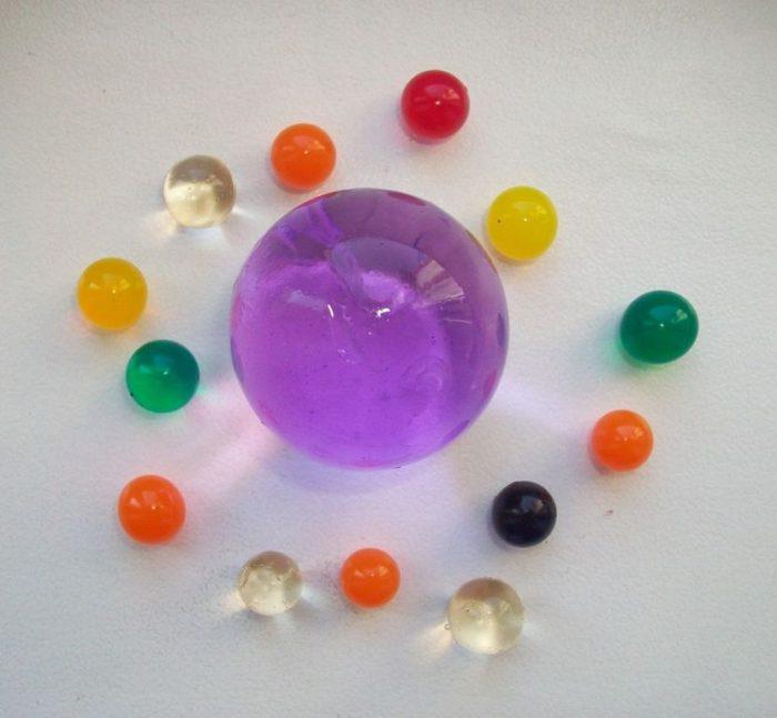 Гидрогелевые шары после попадания на них влаги