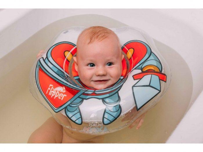 Малыш удерживается на воде с помощью круга для купания