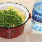 Нарезанные ингредиенты для окрошки и бутылка минеральной воды