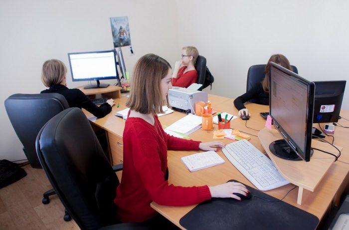 Женщины в офисе перед мониторами
