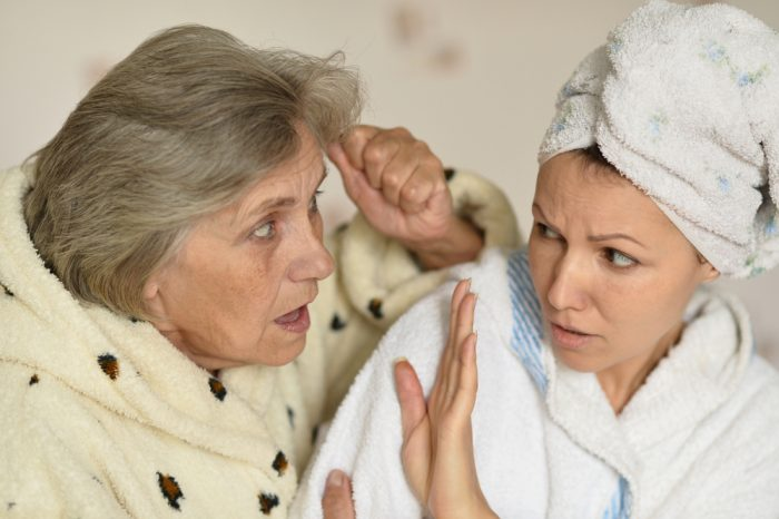 Пожилая женщина разговаривает с молодой, та отстраняется от неё рукой