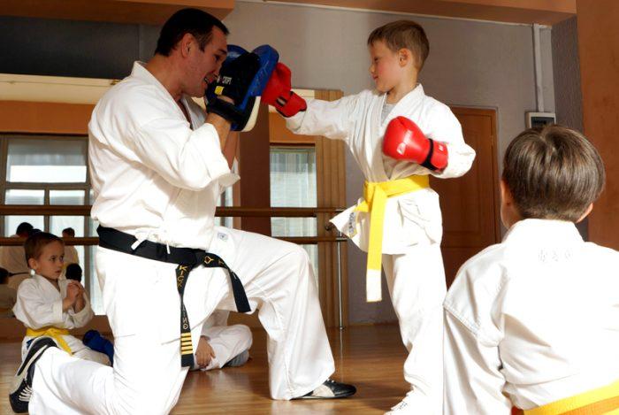 8. Тренер занимается с маленькими воспитанниками — отрабатывает с мальчиком удар