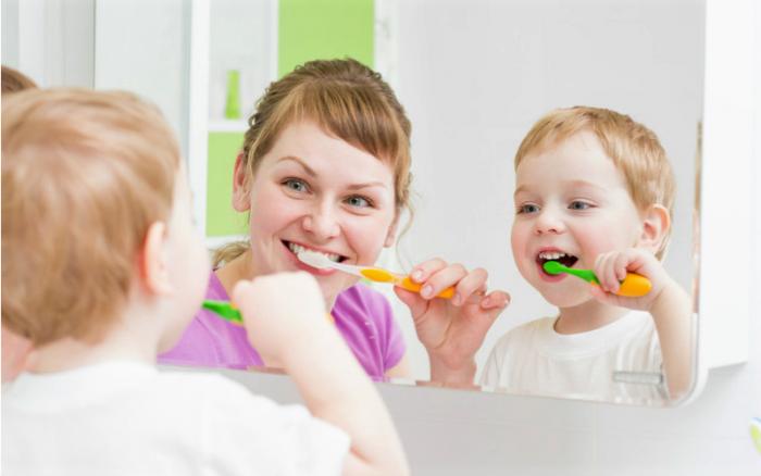 Мама и ребёнок чистят зубы