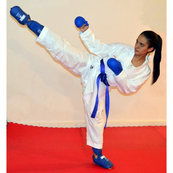 Девочка в кимоно, накладках и футах с голенями