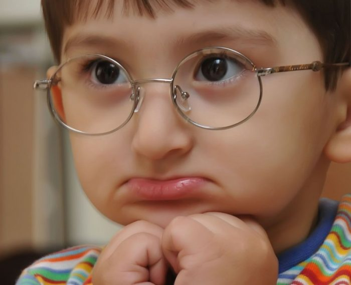 Грустный мальчик в очках