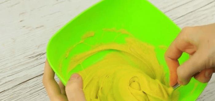 Руки ложкой вымешивают смесь в тарелке
