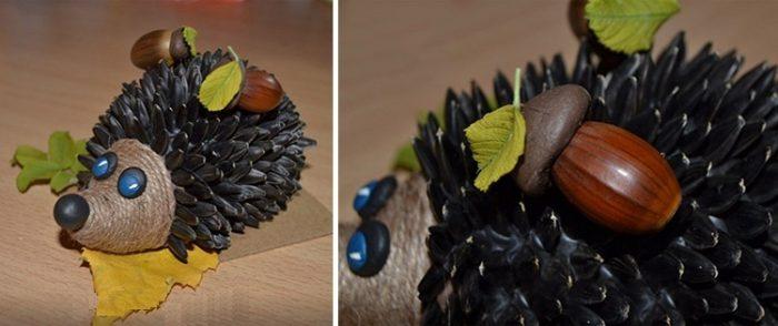 К голове прикреплены пластилиновые глазки и носик, а спинка декорирована листиками и грибочками из желудей