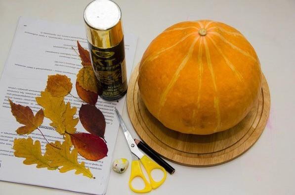 Тыква, осенние листья, ножницы, карандаш, баллон с акриловой золотой краской
