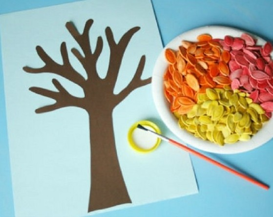 Приклеенный на бумагу ствол дерева, клей с кисточкой и семечки в тарелке