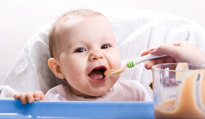 Ребёнок учится есть