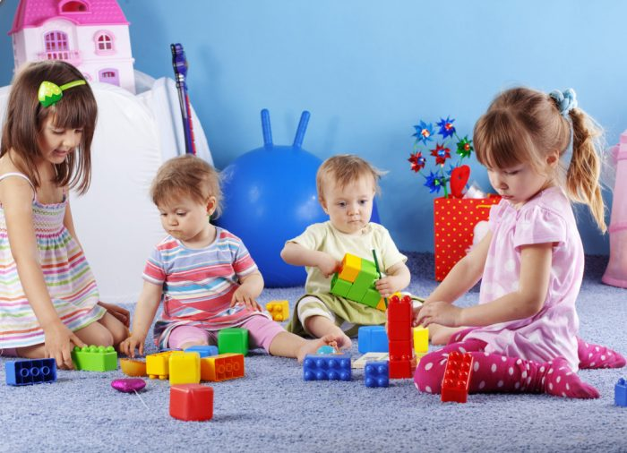 Малыши в группе детского сада
