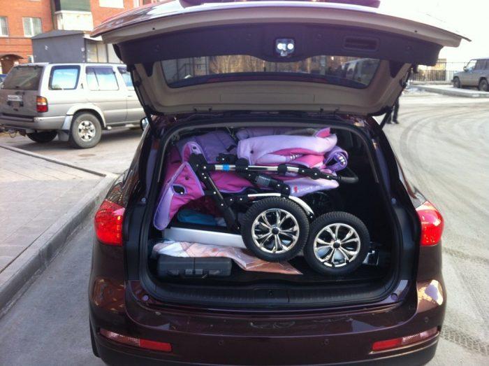 Коляска в багажнике автомобиля