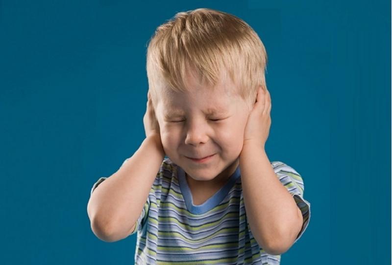 Почему ребёнок боится громких звуков и как это исправить