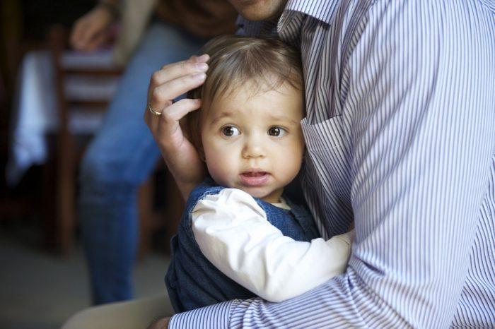 Отец обнимет маленькую дочку