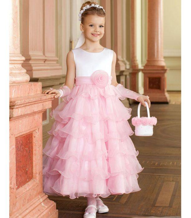 Девочка в нарядном платье с сумочкой