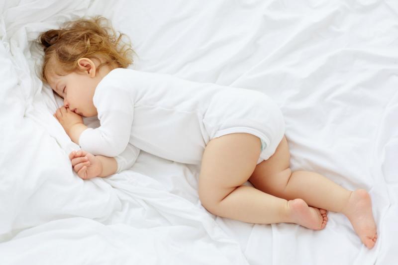 Можно ли приучить ребёнка спать всю ночь: мифы и реальность