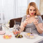 Женщина ест сладкое