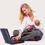 Мама с ребёнком у ноутбука