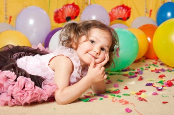 Девочка лежит среди воздушных шаров