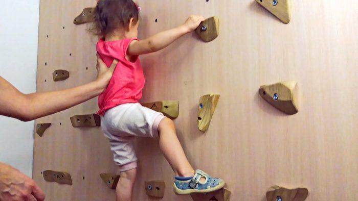 Девочка на скалодроме