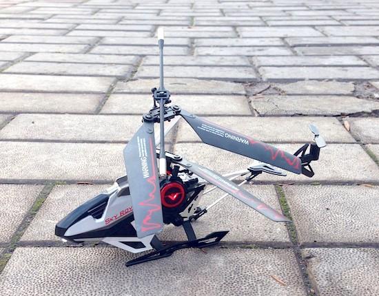 Радиоуправляемый вертолёт на тротуарной плитке