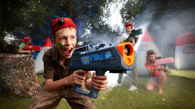 Мальчик с оружием в лазертаге