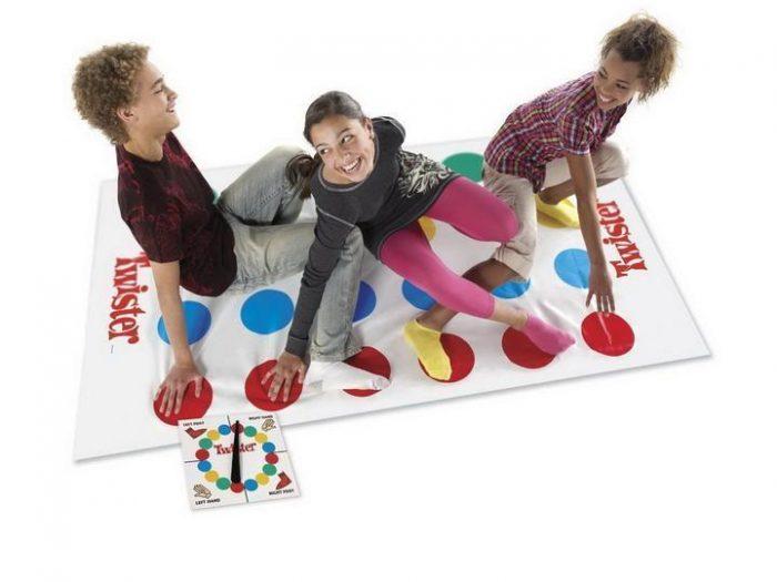 Подростки играют в Твистер