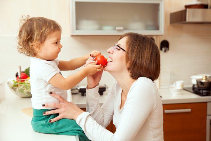 Мама и ребёнок играют с едой