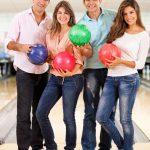 Четверо подростков с шарами для боулинга